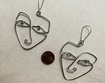 One line earrings faces couple