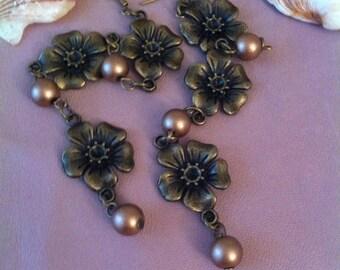 1 pair of dangling earrings, flower and pearls