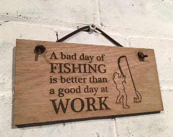 A bad day of FISHING is better than a good day at WORK. Wooden shabby chic sign. Great gift for all fishermen. Friends, family, colleagues.