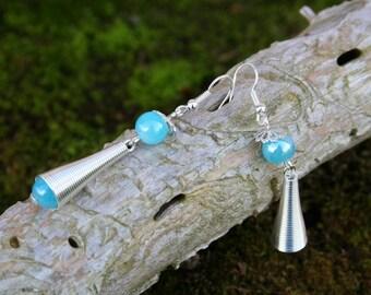 Boucles d'oreilles pendantes style ethnique - perle bleu clair brillante et métal argenté