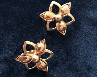Sarah Coventry Gold Tone Flower Clip on Earrings 1960's