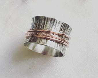 Sterling silver wood grain texture spinner ring with rose gold plated bands