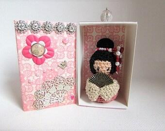 """""""Doll kokeshi"""" Rosey / ecru in its box"""