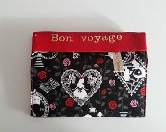 """étui passeport avec 2 compartiments à cartes simili cuir rouge brodé """"Bon voyage""""  et tissu """"Alice"""" ,  travail soigné."""