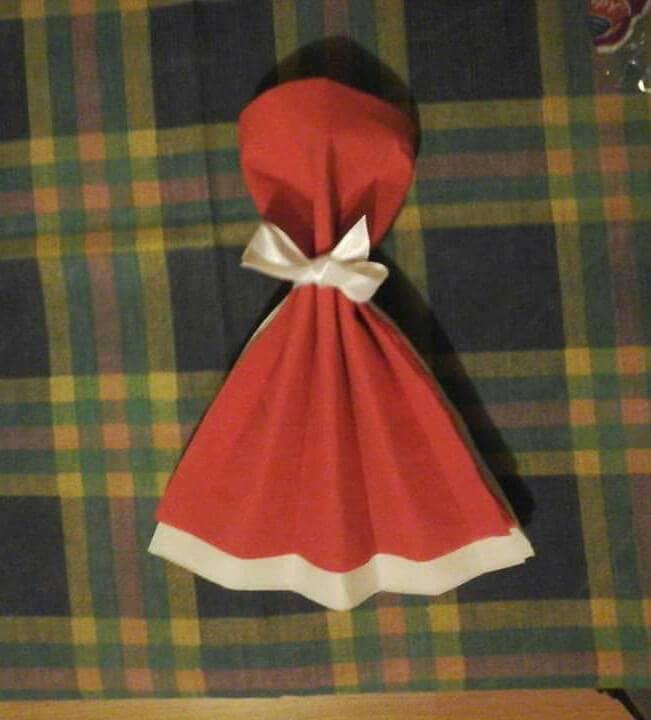 Pliage serviette en forme de robe rouge et blanc - Pliage serviette costume ...