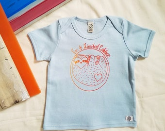 Baby shirt organic cotton with colorful sloth printing, screen printing