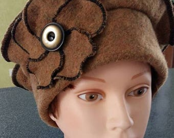 Woolen beret boiled tobacco color and boiled wool flower tone on tone adorned with a Pearl button.