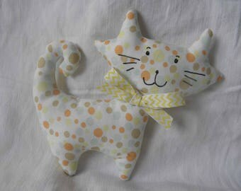 Doudou chat  en tissu avec des pois de différentes tailles pour les bébés et les enfants