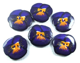 Flower 3 cm button: a pansy purple polymer clay.