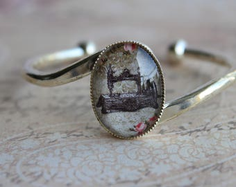 Vintage bracelet retro design of old sewing machine singer beige sepia Brown theme sewing, adjustable silver plated frame, glass cabochon