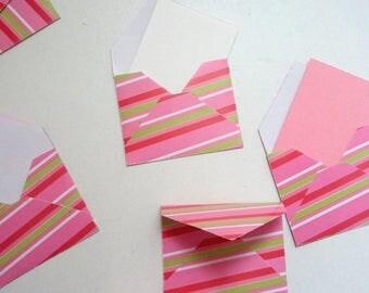 Heleboel kleine gestreept roze enveloppen