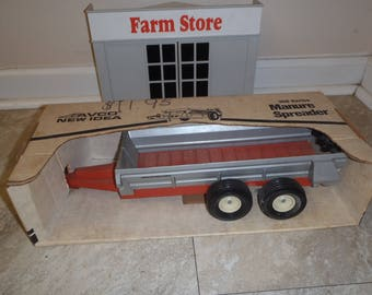 New Idea Scale Models Manure Spreader