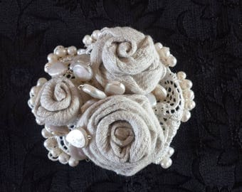 Romantic brooch with rose and pearls