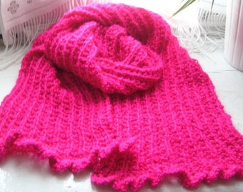 Scarf acrylic yarn and fuchsia pink wire to the forefront of fashion