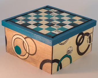 Box birdhouses with checkerboard on the lid