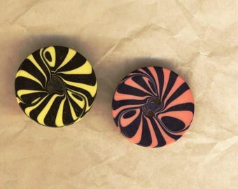 Two vintage psycheleliques patterned buttons, 1960s vintage mod buttons, buttons 20 mm