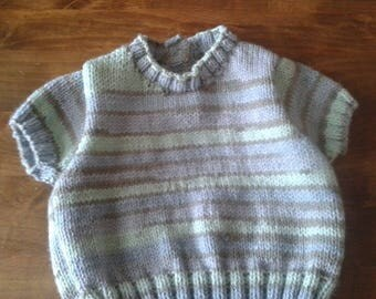 SHORT SLEEVED SWEATER HAS STRIPES