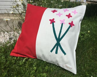 Cover cushion 40 x 40 cm, pillowcase, patchwork fabric deep red, white fabric flowers in red felt.