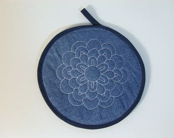 Round pot holder embroidered with recycled denim Pocket