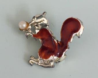 Adorable vintage Figural Squirrel Beooch
