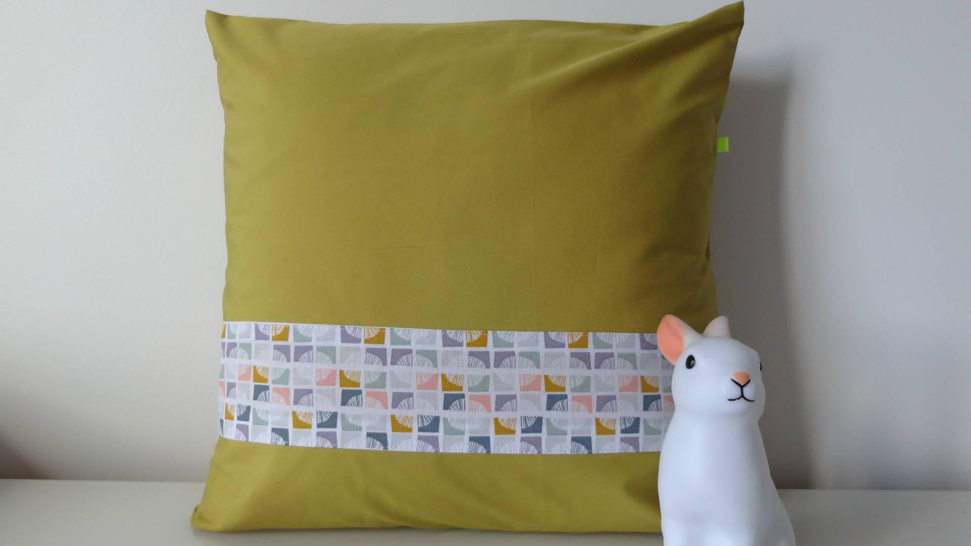 housse de coussin moutarde graphique 40 x 40 cm. Black Bedroom Furniture Sets. Home Design Ideas