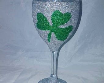 Shamrock glass, St Patrick's day glass, glitter glass uk, shamrock glittered glasses, wine glass, whiskey glass, St Patrick's day Ireland,