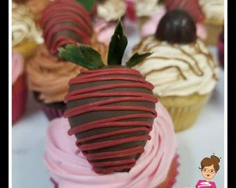 4 Strawberry Top Cup Cakes  4 Magdalenas con 4 fresas cubiertas de chocolate