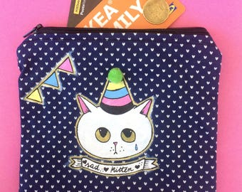 Borsello Sad Kittens - dipinto e cucito a mano - gatto bianco con cappellino e pon pon con stoffa blu con cuoricini - pezzo unico - vegan