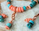Collier turquoise et corail bambou sur l'ensemble de bijoux en cuivre