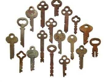 18 Vintage Keys for pendant necklaces Odd old keys Unusual old keys Keys for jewelry Art supply keys Wedding Keys Bulk key Old key lot #27