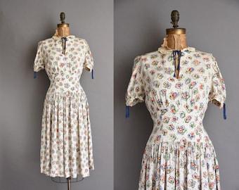 vintage 40s dress. 1940 soft white cotton floral key hole vintage dress