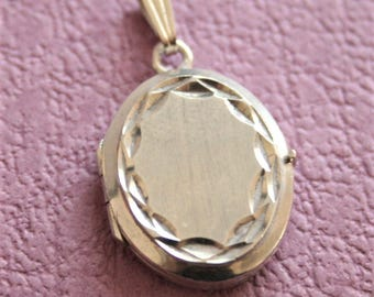 Vintage silver locket. Oval locket.