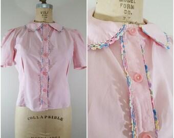 Vintage 1950s Blouse / Pink Cotton / Pastel Crochet Trim / Summer Blouse / Short Sleeve / Medium