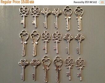 ON SALE The Lost Keys - Skeleton Keys - 18 x Antique Keys Silver Vintage Skeleton Keys Small Key Charms Set