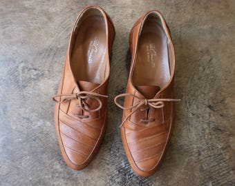 Size 9 Lace Up Loafers / Brown Leather Dress Shoe / Vintage Women's Men's Wear / Men's Size 7 1/2 D