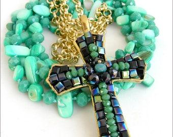 Collier Bleu/Turquoise - grande croix baroque,  brodée de perles cristal - Sautoir Nacre