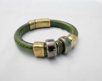 Mixed with ceramic regaliz leather bracelet.