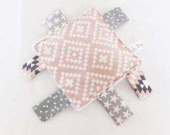 Doudou labels (14 x 14 cm) fabric Scandinavian pattern pink and gray and white minkee back