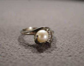 Vintage 10 K White Gold Band Ring 4 Round Prong Set Diamond Cultured Pearl Classic Design, Size 5