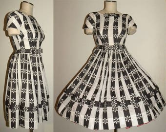 1950s 50s Dress / Full Skirt /Black White BOWS/ Mad Men Dress / DAISY / fitted bodice / CLASSIC / Day Dress / Vintage / fits  X-Small