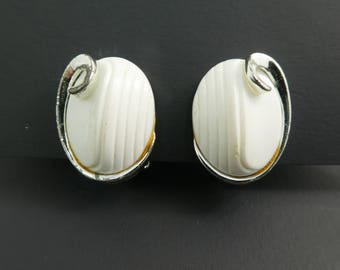 Vintage White Lucite Earrings, Silver Tone, Clip Ons, STZ99