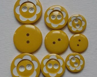 SET OF PLASTIC BUTTONS YELLOW AND WHITE DAISY