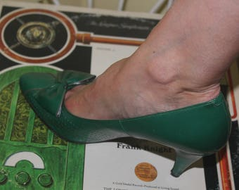 1970s 80s Size 7 Emerald Green Vinyl Leather Pointed Heels Pumps Shoes