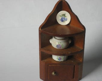 Dollhouse vintage wooden corner cabinet/cupboard with 3 china accessories (4 items)