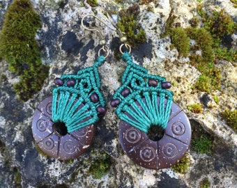 Ethnic macrame earrings with carved coconut - dark green