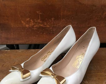 6.5 N Vtg Salvatore Ferragamo White Leather Pumps with Gold Bows