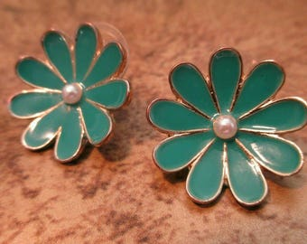 Vintage Daisy Green Floral Earrings pierced button round flowers faux Pearl small stud enamel st. Patty's day mod retro Green earrings