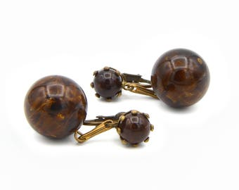 Bakelite Dangle Earrings, Brown Marbled Earrings, Antique 1940s Jewelry, Large Ball Earrings, Round Sphere Earrings, Retro Clip On Earrings