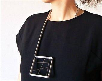 Collar 5. Metallic collar.