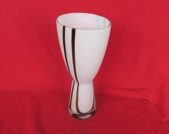 Superbe vase ancien en verrerie blanche et noir dans le goût de Murano,Beautiful old vase in white & black glassware, in the style of Murano